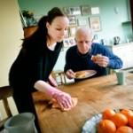 Gemeenten houden huishoudelijke hulpen aan het werk