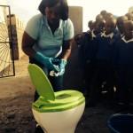 Schoonmakers Schiphol geven voorlichting in Kenia