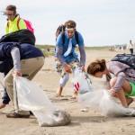 Vrijwilligers maken Noordzeestrand schoon