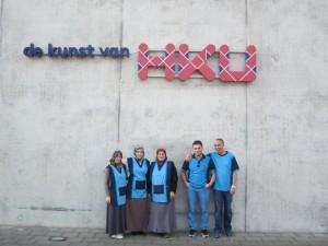 Hago - HKU 1 - Trotse schoonmakers poseren voor het gebouw van HKU(1)
