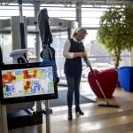 Schoonmaak digitaliseert: tablet op werkwagen