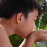 Waterbesparing: Initial en Made Blue doneren drinkwater