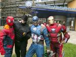 glazenwassers Asito verkleed als superhelden
