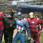 Glazenwassers kinderziekenhuis als superhelden verkleed