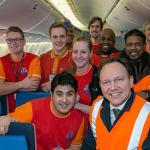 Staatssecretaris op bezoek bij jonge vliegtuigschoonmakers