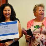 Bloemen en waardecheque na 60.000ste diploma RAS-Examenbureau