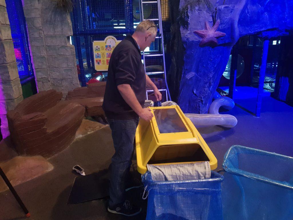 Jouke Bloem aan het werk met de ballenwasmachine in speelparadijs Oud Valkeveen