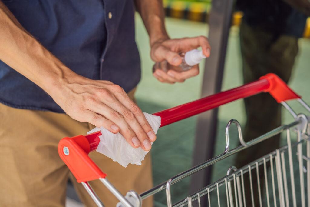 Winkelwagens ontsmetten tegen coronavirus: helpt het eigenlijk wel?