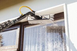 Aan het gebruik van een telescopische wassteel in de glasbewassing kleven regels. Dit in verband met de fysieke belasting van nek en schouders. Hoe gebruik je het veilig en verantwoord?