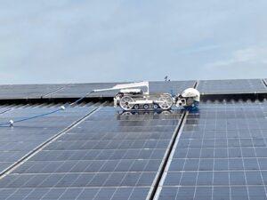 De zonnepaneelreinigingsrobot SolarMax van schoonmaakbedrijf Gom in actie