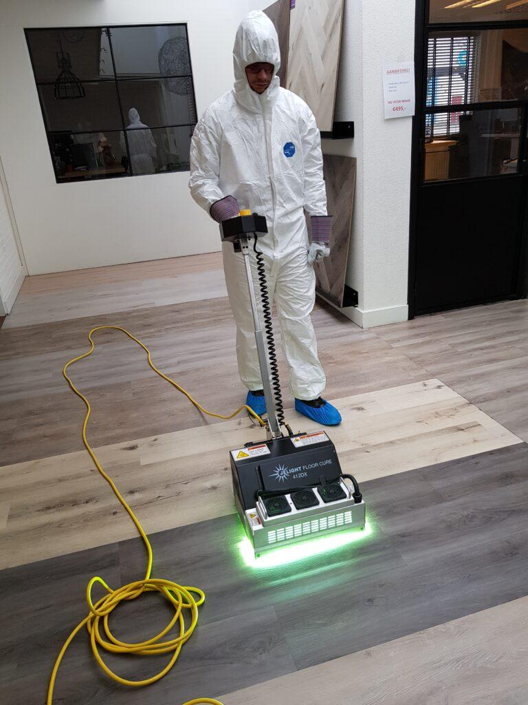 De UV-machine is een uitkomst voor vloeronderhoud, vertelt Mike Hogenkamp. Door deze innovatie kun je meteen weer over de vloer lopen.