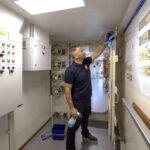 Pieter Wassenaar van Klus2Fix (onderdeel van schoonmaakbedrijf Asito) op zijn bijzondere werkplek: een marineschip uit de Holland-klasse