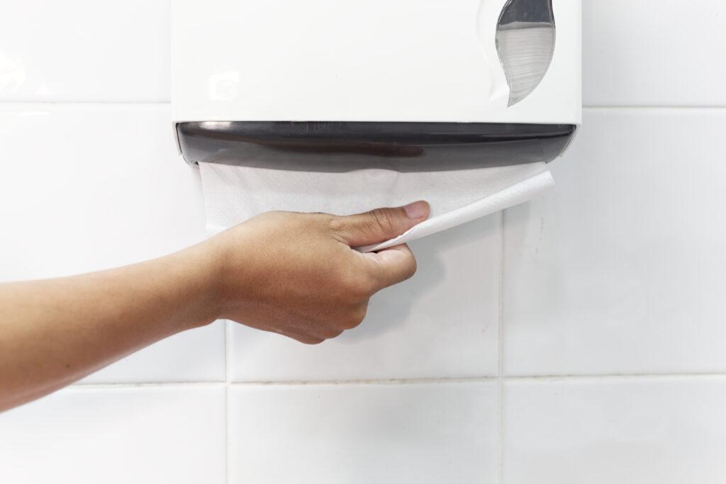 Handhygiëne, handen drogen met tissuepapier, papieren handdoekjes